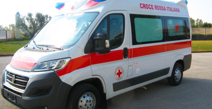 Incidente: auto contro moto, la due ruote prende fuoco. Uomo portato al Dea